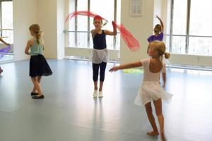 kinder tanzen in der tanzschule